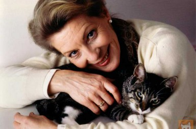 Frau mit Katze im Arm